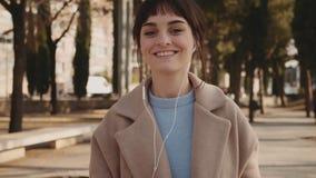 Hören und Tanzen mit Musik auf Straße stock video