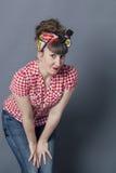 Hörende junge Frau für Gelegenheit, Offenheit, Neugier oder Güte Stockfotos