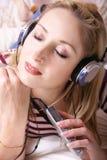 Hörende Musik stockfoto