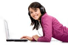 Hörende Musik auf einem Laptop Lizenzfreie Stockfotos