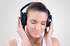 Hörende Musik der Frau stockfoto