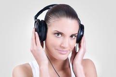 Hörende Musik der Frau lizenzfreie stockbilder
