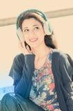 Hörende Musik der Frau Lizenzfreie Stockfotos