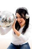 Hörende Musik der Frau und Anhalten der Discokugel Lizenzfreie Stockbilder