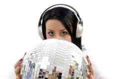 Hörende Musik der Frau und tragende Discokugel Lizenzfreie Stockbilder