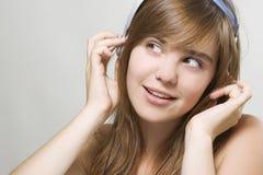 Hörende Musik der jungen Frau Lizenzfreies Stockfoto