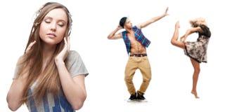 Hörende Musik der jungen Frau und zwei Tänzer auf Hintergrund Stockfoto