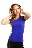 Hörende Musik der jungen Frauen Stockbilder