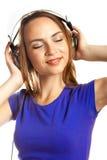 Hörende Musik der jungen Frauen Stockfoto