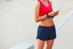 Hörende Musik der Läuferfrau Lizenzfreies Stockfoto