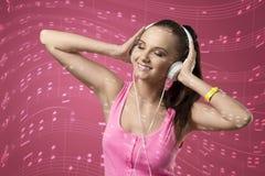 Hörende Musik der lustigen Frau Stockbild