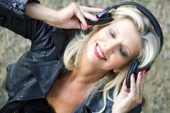 Hörende Musik der Schönheit mit geschlossenen Augen und Kopfhörern Stockbild