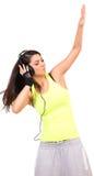 Hörende Musik des jungen Brunette Lizenzfreie Stockbilder