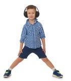 Hörende Musik des Jungen in den Kopfhörern Stockfotografie