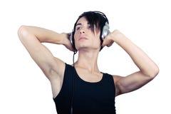 Hörende Musik des jungen Mannes stockbilder