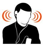 Hörende Musik des Kerls an Großserien Stockfotos