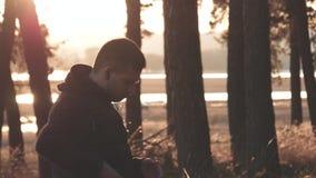 Hörende Musik des männlichen Läufers von seinem Telefon Ausbildungsfreien des Kerls Gesund, Eignung, Wellnesslebensstil Sport, He stock footage