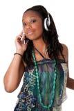 Hörende Musik des recht jungen schwarzen Mädchens Stockbild