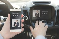 Hörende Musik Intelligentes Telefon angeschlossen an Autoaudiosystem lizenzfreies stockbild