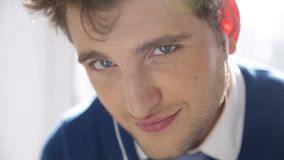Hörender Mann die Musik in den Kopfhörern stock video footage