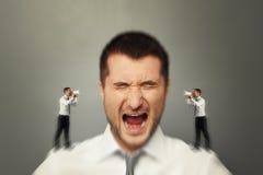 Hörender Mann seine innere Stimme Lizenzfreies Stockfoto