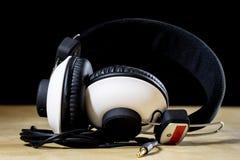 Hörlurar för att lyssna till musik Gammal bra musik från 80-tal Arkivfoto