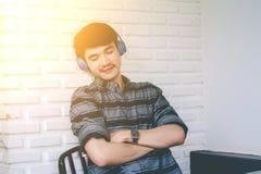 Hörlurar för musik för ung hipsterbög lyssnande Royaltyfri Foto