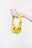 Hörlurar i handen för gitarrillustration för begrepp elektrisk musik Fotografering för Bildbyråer