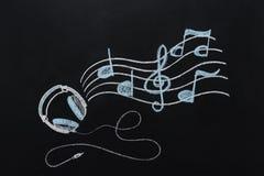 Hörlurar med drog tråd och musikaliska anmärkningar Royaltyfri Bild