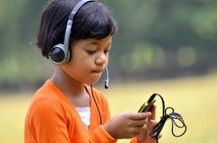 hörlurar med mikrofon för 01 flicka Arkivfoto