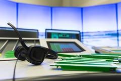 Hörlurar med mikrofon för flygtrafikkontroll Arkivfoto