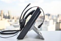 Hörlurar med mikrofon och IP-telefonen Fotografering för Bildbyråer