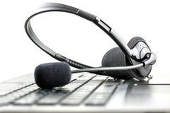 Hörlurar med mikrofon på en bärbar datordator