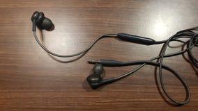 Hörlurar med mikrofon till lyssnande musik fotografering för bildbyråer