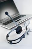 hörlurar med mikrofonbärbar dator Royaltyfri Bild