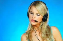 hörlurar med mikrofonkvinna Royaltyfri Bild