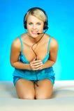 hörlurar med mikrofonkvinna arkivbild
