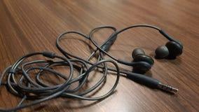Hörlurar med mikrofonmusiken arkivbilder