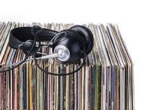 Hörlurar och bunt av vinylerekord Arkivbild