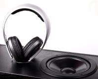 Hörlurar och högtalare som isoleras på vit Fotografering för Bildbyråer