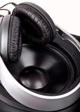 Hörlurar och högtalare som isoleras på vit Royaltyfri Bild