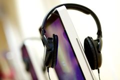 Hörlurar och skrivbords- dator fotografering för bildbyråer