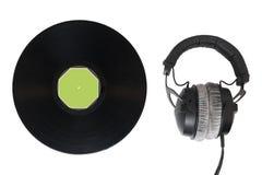 Hörlurar och vinyl på vit isolerad bakgrund Royaltyfri Foto