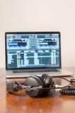 Hörlurar på en bärbar datordator Arkivfoton
