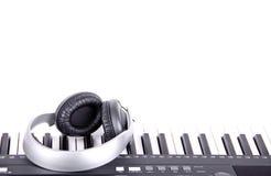 Hörlurar på piano Royaltyfri Bild