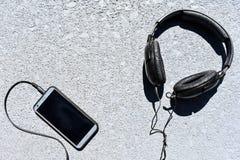 Hörlurar pluggade in i en Smartphone Royaltyfri Bild