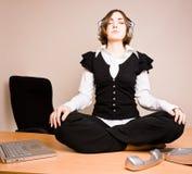 hörlurarlotusblommar poserar sittande kvinnabarn Arkivbilder