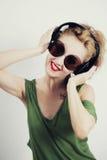 hörlurarsolglasögon som slitage den trådlösa kvinnan Arkivbilder