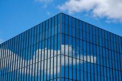 Hörn av affärskontorsbyggnad med reflekterande exponeringsglas Arkivbild