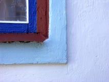 Hörn av det gamla målade fönstret Arkivfoton